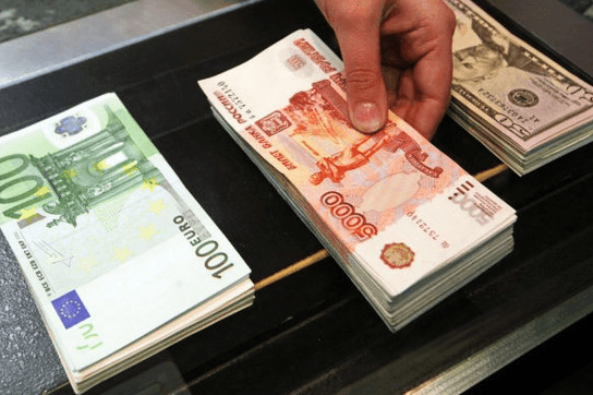 Доллар-рубль-евро-фото-с-сайта-medialeaks.ru_