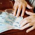 Министерство труда России не исключает возможности заморозки накопительной части пенсий до 2017 года. Все будет зависеть от того, как будет складываться финансовая ситуация в стране, заявил глава Минтруда Максим Топилин, сообщает ТАСС. «Не исключаю [заморозки пенсий] в случае тяжелой бюджетной ситуации, потому что это дополнительно 350 млрд руб., которые в этом году не требуется куда-то отдать», – сказал он. Если будет такая финансовая возможность, замораживать накопительную часть пенсий не будут, уточнил министр. Он также добавил, что о повышении пенсионного возраста речь пока не идет. Минэкономики и Минфин традиционно выступают против продления пенсионного моратория. С ними соглашается руководитель одного из НПФ из топ-10, называя заморозку пенсий «похоронами российского пенсионного рынка». «Продление моратория еще на год можно будет расценивать только как ликвидацию пенсионного накопительной системы. Люди в нее больше верить не будут, а негосударственные пенсионные фонды не смогут успешно строить свой бизнес, основываясь только на добровольные отчисления»,- пояснил он РБК. По словам президента Национальной ассоциации негосударственных пенсионных фондов (НАПФ) Константина Угрюмова, заморозка пенсионных накоплений еще на год в очередной раз лишит граждан «живых денег» – «их заменят на эфемерные пенсионные баллы». Финансовый рынок также не получит ликвидности для развития, добавляет он еще дин аргумент «против». В случае заморозки накопительной части пенсий до 2017 года дополнительные доходы Пенсионного фонда России составят около 350млрд руб. Этот факт может стать для социального блока правительства весомым аргументом в случае необходимости уже в этом год дополнительно индексировать социальные выплаты. Сейчас правительство гарантирует индексацию по фактической инфляции 2014 года, но картина может измениться уже этим летом: если инфляционный всплеск продлится до осени, то дополнительная индексация пенсий станет неизбежной, и тогда доходы от «замороженных» средств бу