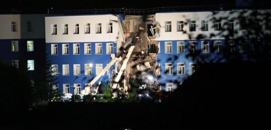 Число жертв обрушения казармы под Омском достигло 18 человек